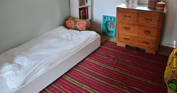 Lit Montessori dans une chambre d'enfant