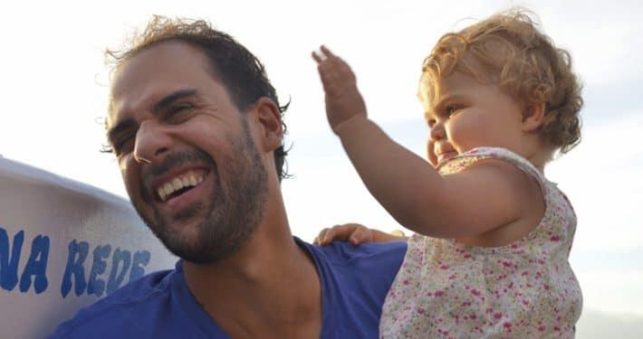 LA PARADE TIMBRÉE FACE À UN ENFANT QUI TAPE